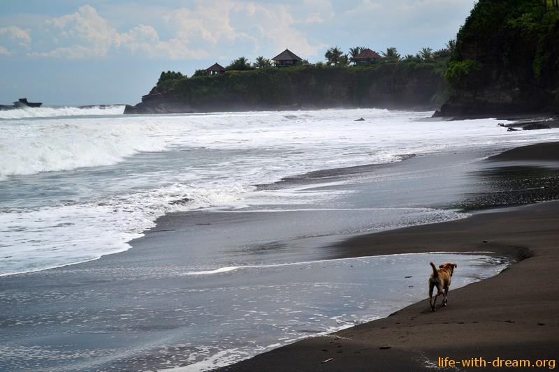 пляж с черным песком, Бали