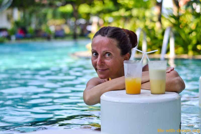 Бар Coconut у бассейна в отеле Grand Mirage Resort Thallaso Bali