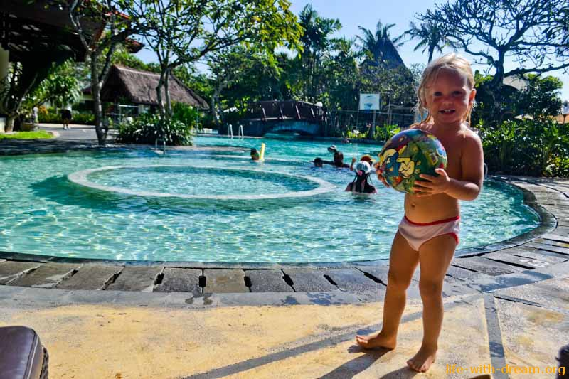 у бассейна в отеле Grand Mirage Resort Thallaso Bali