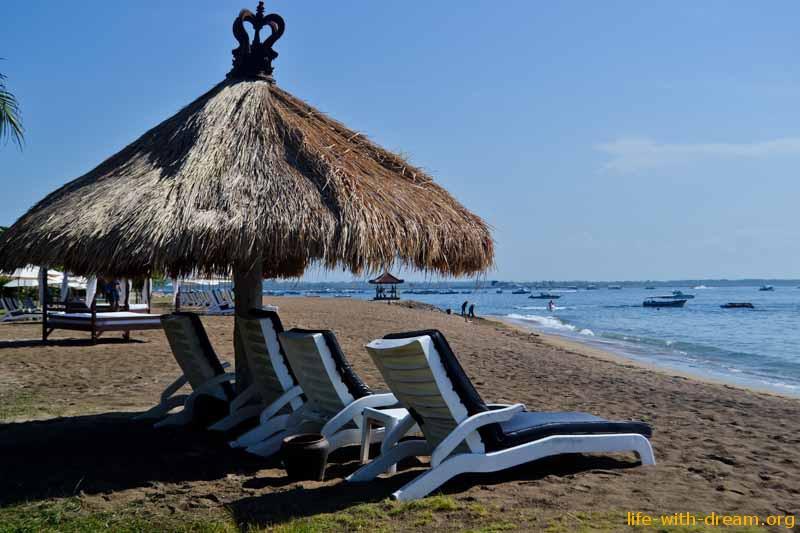 много уютных лежаков на пляже в Grand Mirage Resort Thallaso Bali