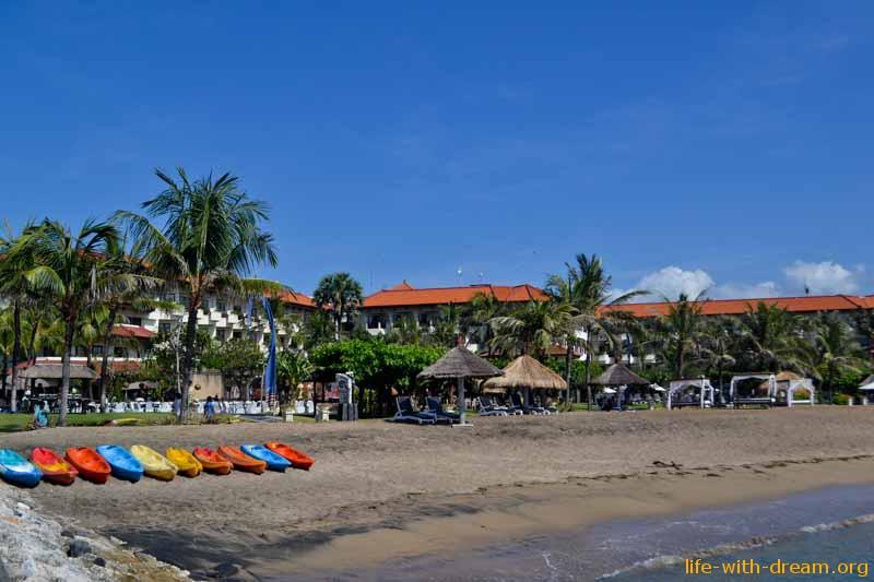 Вид отеля Grand Mirage Resort Thallaso Bali со стороны пляжа