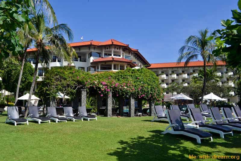много уютных лежаков в Grand Mirage Resort Thallaso Bali