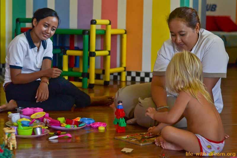 Няни в детском клубе в отеле Grand Mirage Resort Thallaso Bali