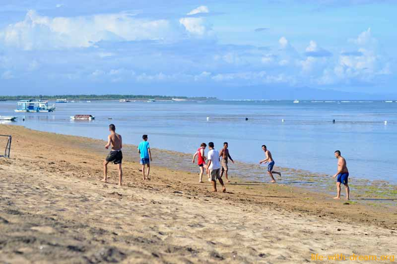 Футбол на пляже отеля Grand Mirage Resort Thallaso Bali