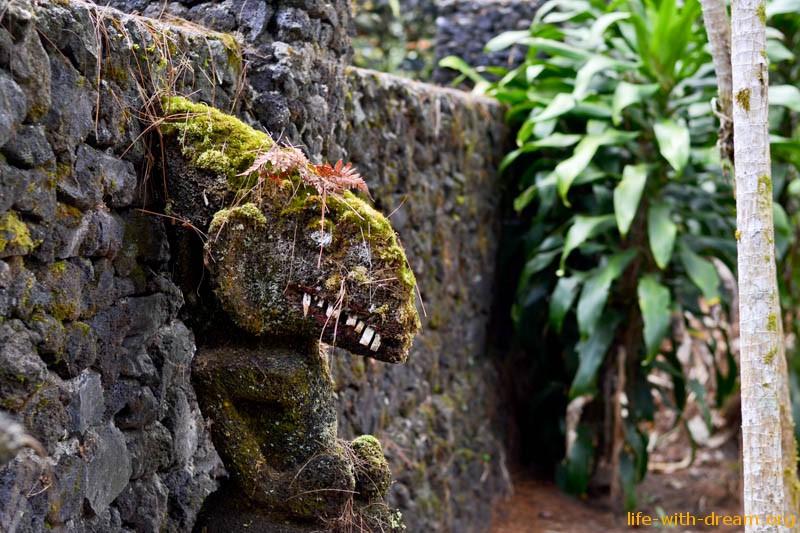 храм с идолами на склоне горы Абанг