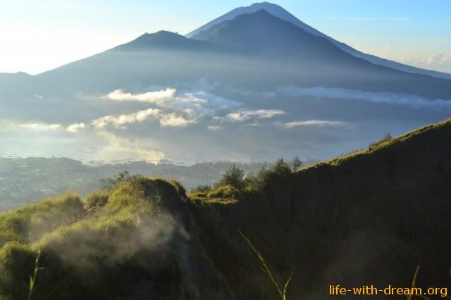 Рассвет с видом на три великих вершины Бали