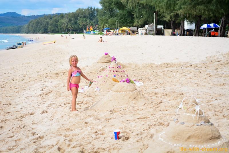 Пляж БангТао и песочные пирамиды