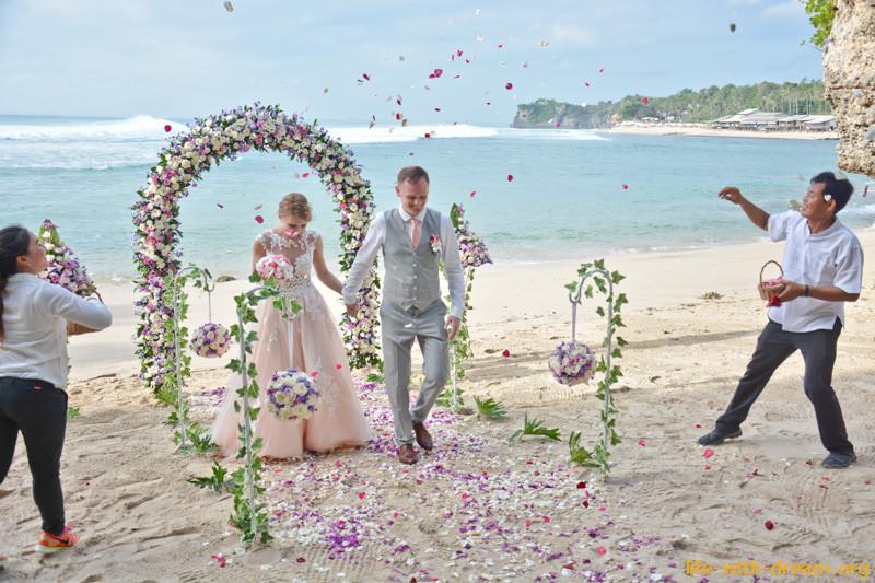 Свадебная церемония на Бали - романтичный подарок для влюбленных